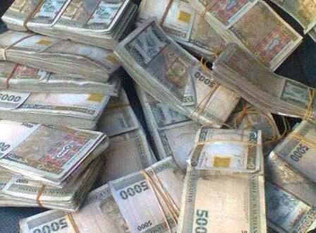 عاجل أزمة حادة في الأسواق جراء رفض التعامل بورقة الـ5000 أوقية القديمة